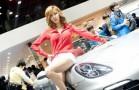 Người mẫu châu á rạng ngời bên xe