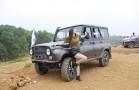 Hotgirl Thu Gạch bên xe UAZ