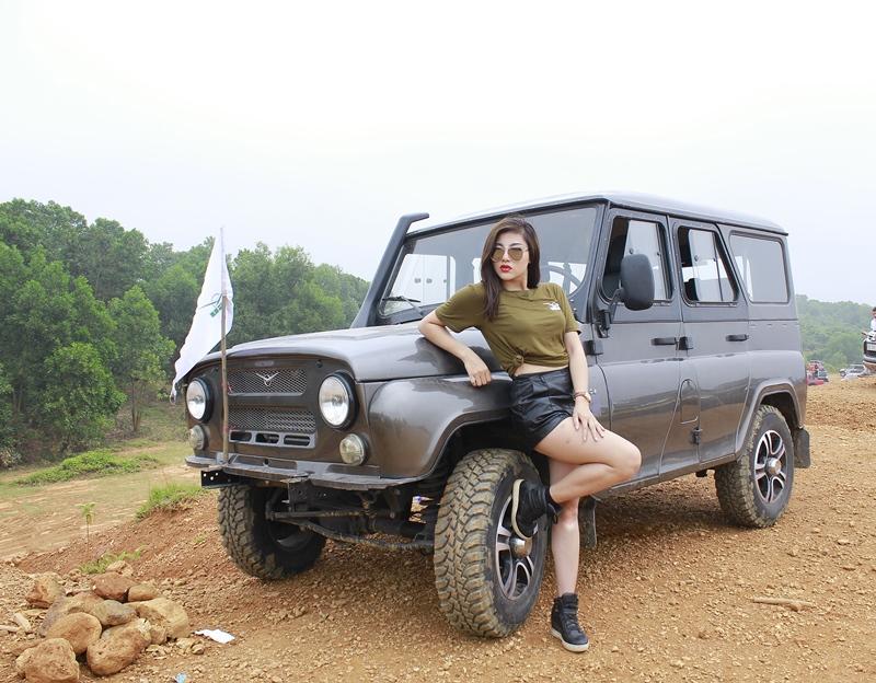 hotgirl-thu-gach-tao-dang-ben-xe-uaz-hunter