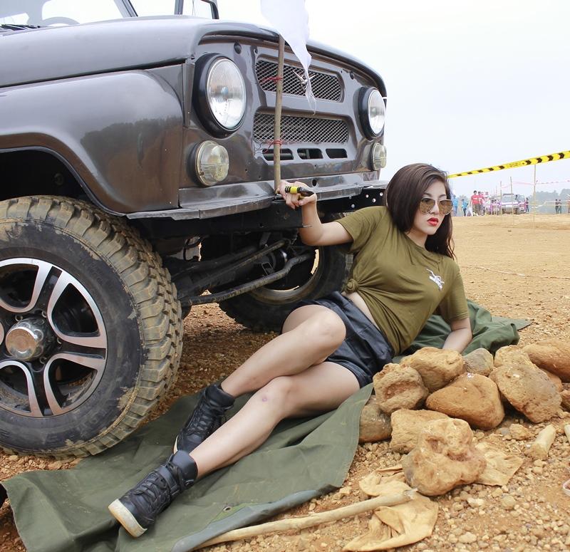 hotgirl-thu-gach-va-xe-oto-uaz-hunter