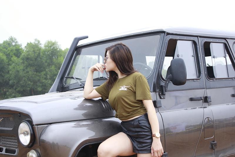 hotgirl-thu-gach-xin-dep-ben-xe-oto-uaz-hunter