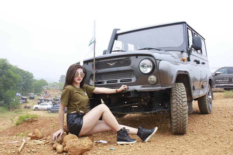 phuot-thu-thu-gach-so-ke-ben-xe-hoai-co-off-road-uaz-hunter